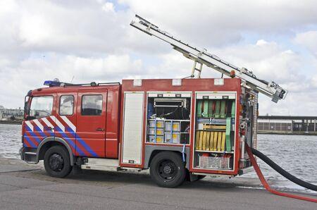Brandweerwagen in de Amsterdamse haven in Nederland