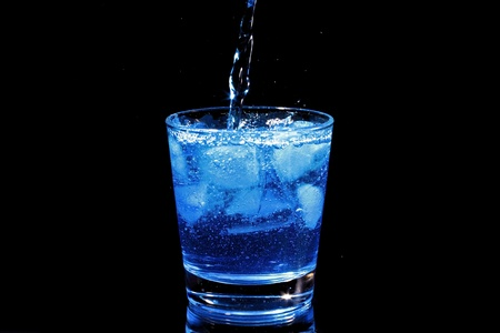 Blauwe cocktail splash in een glas Stockfoto