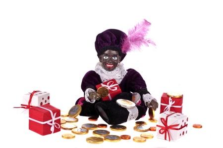 Zwarte piet met cadeautjes en geld voor 5 december feest in Nederland