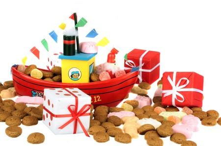 Traditionelle niederländische Kultur Das Dampfschiff von Santa Claus mit Ingwertaler und präsentiert auf der 5. Dezember Santa Claus Fest Standard-Bild - 14269159