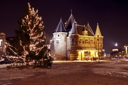 Medieval building De Waag in Amsterdam the Netherlands with christmastime 免版税图像
