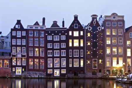Laat-middeleeuwse huizen in Amsterdam door de schemering in Nederland Stockfoto