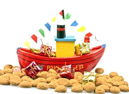 Traditionele Nederlandse cultuur De stoomboot van de Kerstman met pepernoten en cadeautjes op 5 december de Kerstman feest Stockfoto