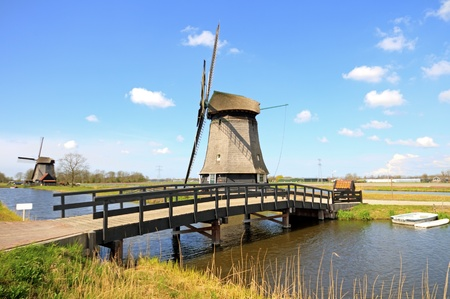 Traditional windmills in dutch landscape in the Netherlands 免版税图像