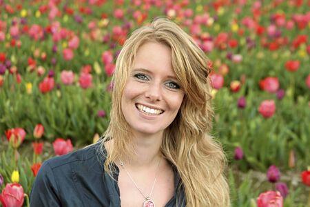 Holländerin zwischen den Blumenwiesen in den Niederlanden