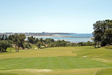 Landschap van een golfbaan en de Atlantische Oceaan in Portugal