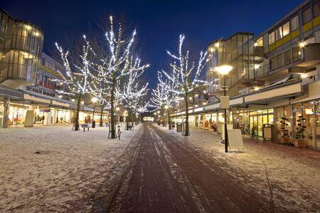 Winkelcentrum in de kersttijd 's nachts in Amsterdam, Nederland