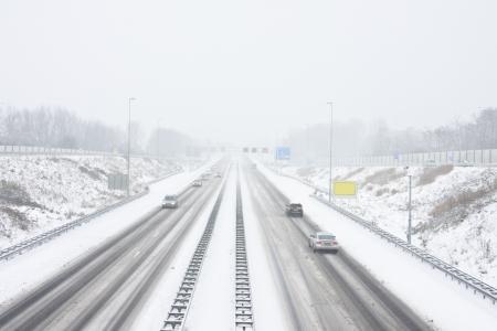 La famosa A9 en una tormenta de nieve en invierno, cerca de Amsterdam en los Pa�ses Bajos Foto de archivo - 14478737