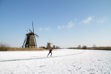 wintersport: Ice skating at Kinderdijk in the winter in the Netherlands