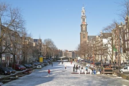 Winter aan de Prinsengracht bij de Westerkerk in Amsterdam, Nederland