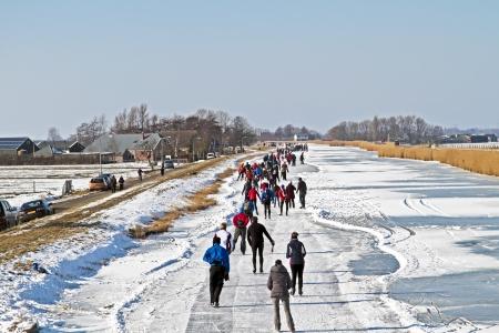 patinaje sobre hielo: Patinaje sobre hielo en el campo de los Pa�ses Bajos Foto de archivo