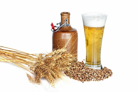 jarra de cerveza: Bodeg�n con trigo, cerveza y un tarro en un fondo blanco