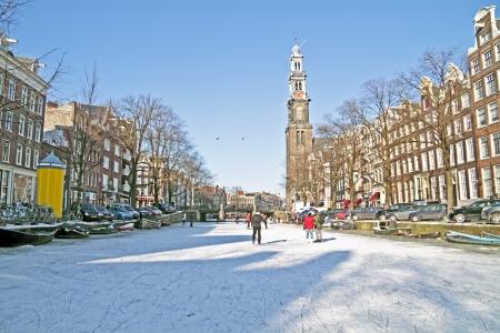 Amsterdam in de winter met de Westerkerk in Nederland Stockfoto