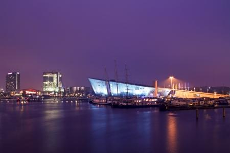 Haven van Amsterdam 's nachts in Nederland Stockfoto