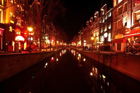 amsterdam canal: Red light district in Amsterdam the Netherlands at night