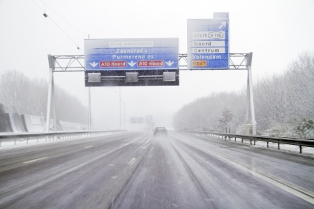Rijden in een sneeuwstorm op de snelweg in de buurt van Amsterdam in Nederland Stockfoto