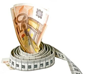 Geld met een meetlint eromheen over een witte achtergrond