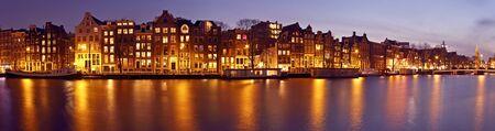 Panorama van Amsterdam met de Munttoren in Nederland bij schemering Stockfoto