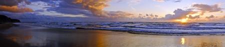 vale: Panorama z pięknym zachodem słońca w Praia Vale Figueiras w Portugalii