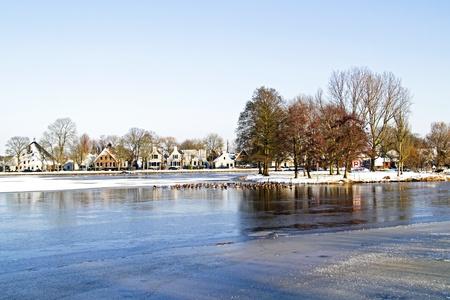 Oud Nederlands dorp Broek in Waterland in de winter in Nederland Stockfoto