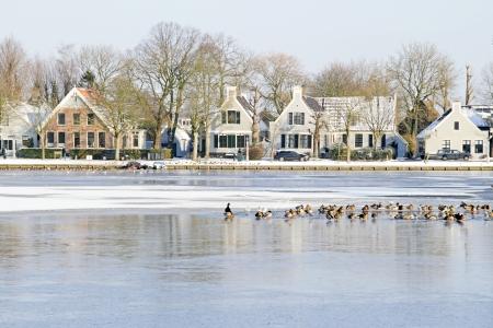 Dorp Broek in Waterland in de winter in Nederland Stockfoto