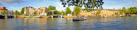 Panorama van Amsterdam in Nederland op de Amstel