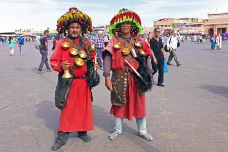 Marrakech, Marokko 23 oktober 2013: Water vervoerders op het marktplein in zijn typisch uniform