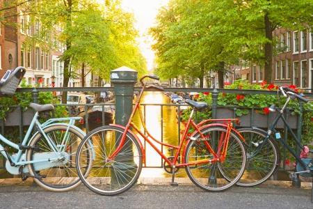 オランダ アムステルダムの橋の上のバイク