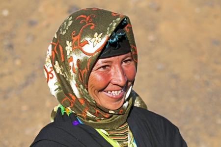 Jonge nomade vrouw in de woestijn Stockfoto