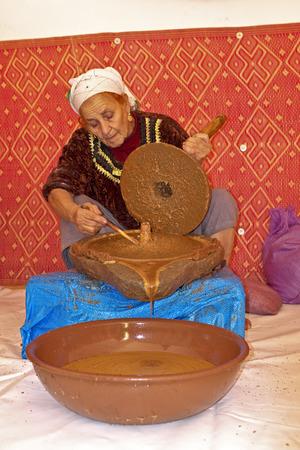 MAROKKO, OURIKA VALLEY - 24 oktober: De vrouw werkt in een samenwerkingsverband voor de productie van arganolie op 24 oktober 2013 in de Ourika vallei, Marokko Redactioneel
