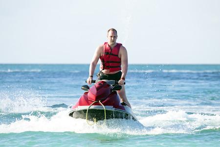 Jonge kerel varen op een jetski op de caribbic zee