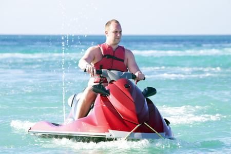 Jonge kerel cruisen op een jet ski op de caribbic zee