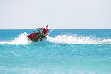 Jonge kerel cruisen op een jetski op de Caribische zee