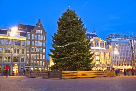 Dam in Amsterdam bij Kerstmis in Nederland