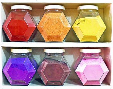 herbolaria: Surtido de tarros de cristal en los estantes en la tienda de herbolario en Marrakech, Marruecos, que contienen hierbas y especias con fines medicinales y culinarias