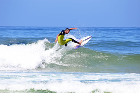 vale: VALE figueiras - 20 sierpnia: Profesjonalny surfer surfowanie fali w dniu 20 sierpnia 2014 r Vale Figueiras w Portugalii