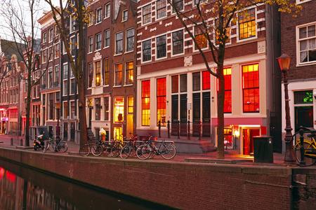 夜にオランダのアムステルダムの赤線地区