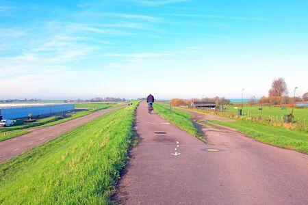 tortillera: Biking en el dique cerca de Amsterdam en los Pa�ses Bajos