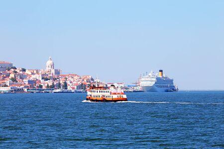 Ferry cruise op de rivier de Taag in de buurt van Lissabon Portugal