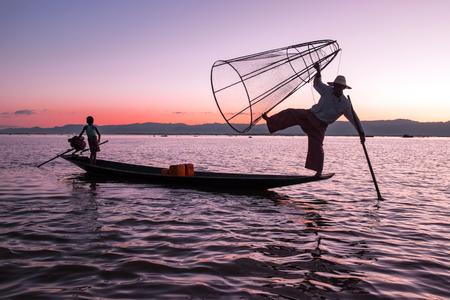 Silhouet van de visser bij zonsondergang Inle Lake Birma Myanmar