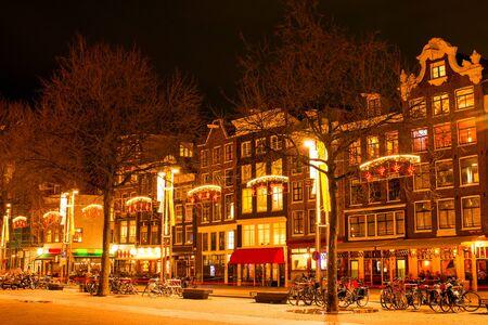 オランダのクリスマスの時期には夜のアムステルダム