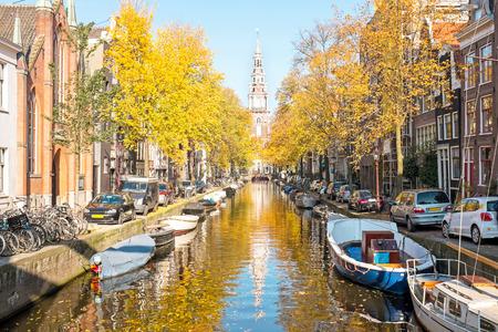 Zuiderkerk en Amsterdam los Países Bajos en otoño