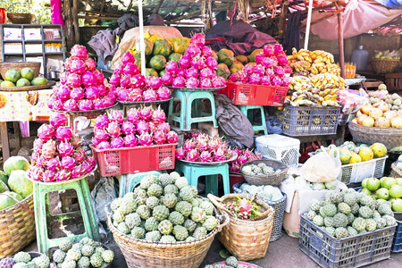 pomme: Market stall with tropical fruits in Myanmar