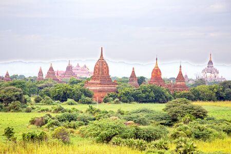 미얀마의 바간에서 시골에있는 고대 탑