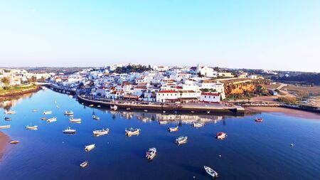 Das Dorf Ferragudo an der Algarve Portugal Standard-Bild - 53470816