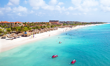 Luft von Eagle Beach auf Aruba in der Karibik Standard-Bild - 55880201