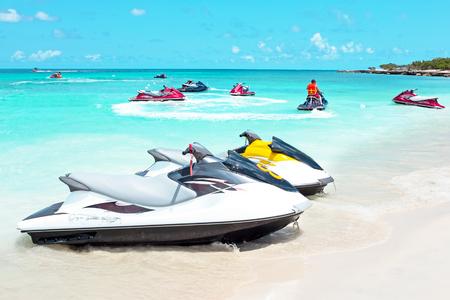 Jet ski's in de Caribische zee op Aruba eiland in de Caribbbean Stockfoto - 66748964
