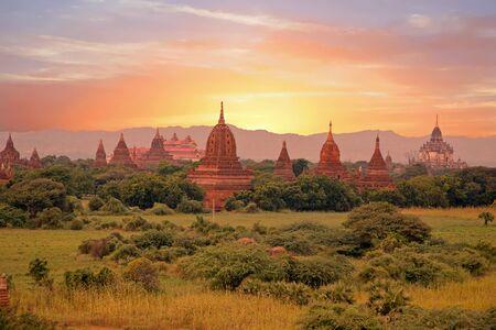 Oude pagoden in het landschap van Bagan in Myanmar bij zonsondergang