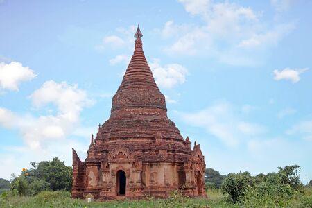 미얀마 바간에서 풍경에 고 대 탑