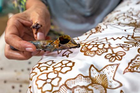 Waterverf het schilderen op de stof om Batik te maken. Batik maken maakt deel uit van de Indonesische cultuur Stockfoto